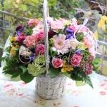กระเช้าดอกไม้ในตะกร้าหวายสีขาว สีสดใส เหมาะสำหรับโอกาสพิเศษต่างๆ