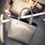 [ Pre-Order ] - กระเป๋าแฟชั่น นำเข้าสไตล์เกาหลี สีเงินเมทาลิคเงา สวยสุดหรู สไตล์แบรนด์ดังทรง Shopping ใบใหญ่ มาพร้อม กระเป๋าลูก 1 ใบ เหมาะกับทุกโอกาสการใช้งานค่ะ