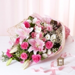 ช่อดอกไม้ ลิลลี่ชมพู แซมด้วยดอกกุหลาบ สีสดใส