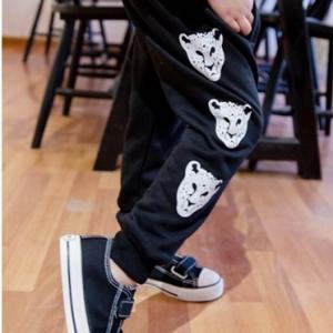 กางเกงขายาว ทรงสปอร์ท สกรีนลายด้านข้างรูปเสือ ผ้ายืดสีดำ ไซส์ 110 / 130 / 140 / 150