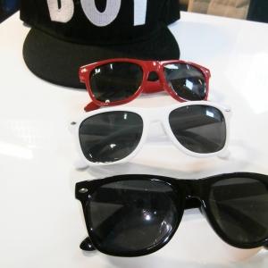 แว่นตากันแดด แฟชั่นเด็ก กรอบสี เลนส์ดำ ไว้เป็นพร็อพให้น้องๆถ่ายรูปเก๋ๆ มี 3 สี สีแดง / สีขาว / สีดำ เลือกสีด้านในค่ะ
