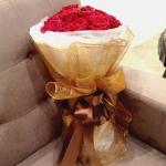 ช่อดอกกุหลาบแดง สื่อรัก แบบโรแมนติก