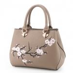 [ พร้อมส่ง ] - กระเป๋าแฟชั่น ถือ/สะพาย สีกากี ปักลายดอกไม้ตกแต่งน่ารักๆ ทรงตั้งได้ ดีไซน์สวยเรียบหรู ดูดี งานหนังคุณภาพ ช่องใส่ของเยอะ