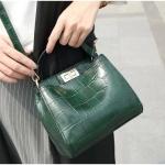 [ พร้อมส่ง ] - กระเป๋าแฟชั่น ถือ/สะพาย สีเขียวข้ม ใบเล็กกระทัดรัด ดีไซน์สวยเรียบหรู ดูดี งานหนังอัดลายสวย เหมาะทุกโอกาสการใช้งาน