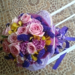 ช่อดอกไม้ กุหลาบสีชมพู แซมด้วยดอกสแตติส