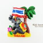 แม่เหล็กติดตู้เย็น ลวดลายช้างนั่งชูธงชาติไทยใต้ต้นมะพร้าว วัสดุเรซิ่น ชิ้นงานปั้มลายเนื้อนูน ลงสีสวยงาม