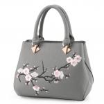 [ พร้อมส่ง ] - กระเป๋าแฟชั่น ถือ/สะพาย สีเทาเรียบหรู ปักลายดอกไม้ตกแต่งน่ารักๆ ทรงตั้งได้ ดีไซน์สวยเรียบหรู ดูดี งานหนังคุณภาพ ช่องใส่ของเยอะ
