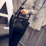 [ พร้อมส่ง ] - กระเป๋าแฟชั่น นำเข้าสไตล์เกาหลี สีดำคลาสสิค ห้อยพู่ เก๋ๆ + กระเป๋าลูกด้านใน 1 ใบ ดีไซน์สวยเท่ๆ แบบเก๋มากๆ เหมาะสำหรับสาวๆ ชอบงานดีไซน์สวยๆ