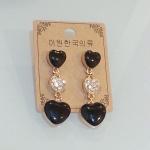 ต่างหูหัวใจตุ้งติ้ง สีดำ ประดับเพชร love collection I