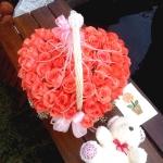 กระเช้าดอกไม้สีชมพูรูปหัวใจ
