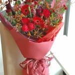 ช่อดอกไม้สีแดง เสน่ห์ที่ลงตัว เหมาะสำหรับแสดงความยินดี หรือขอความรัก