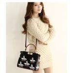 (Pre order)กระเป๋าแบรน Axixi หนัง PU สีดำผสมลายดอกไม้