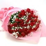 ช่อกุหลาบแดงแซมด้วยดอกยิปโซ เหมาะสำหรับขอความรักที่สุด
