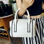 [ Pre-Order Hi-End ] - กระเป๋าแฟชั่น นำเข้าสไตล์เกาหลี สีขาวสุดหรู ขอบดำ ทรงหมอนขนาดกระทัดรัด ดีไซน์แบรนด์ดัง ทรงตั้งอยู่ทรงได้ งานหนังคุณภาพ แบบสวยเรียบหรู ดูดีทุกโอกาสการใช้งาน สาวๆห้ามพลาด