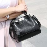 [ พร้อมส่ง ] - กระเป๋าแฟชั่น ถือ/สะพาย สีดำสุดหรู ใบเล็กกระทัดรัด ดีไซน์สวยเรียบหรู ดูดี งานหนังอัดลายสวย เหมาะทุกโอกาสการใช้งาน