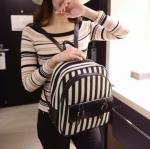 [ พร้อมส่ง ] - กระเป๋าเป้แฟชั่น สไตล์เกาหลี ลายขวางสีขาวดำ ใบกลาง ดีไซน์สวยเก๋ไม่ซ้ำใคร ผ้าแคนวาสอย่างหนา เก๋ๆ