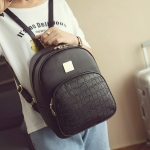 [ พร้อมส่ง ] - กระเป๋าเป้แฟชั่น สีดำคลาสสิค ใบกลางๆ หนังอัดลายหนังสัตว์ ดีไซน์สวยเก๋เท่ๆ ไม่ซ้ำใคร สวยสุดมั่น เหมาะกับสาว ๆ ที่ชอบกระเป๋าเป้เท่ๆ