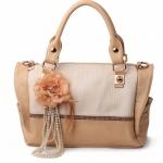 กระเป๋าแฟชั่นเกาหลี สีครีม ประดับดอกไม้ห้อยด้านหน้า Desing ถือได้ และสะพายได้ สวยค่ะ