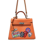 ***พร้อมส่ง - กระเป๋าแฟชั่น นำเข้าสไตล์เกาหลี สีส้มโดดเด่น ปักตกแต่งโลโก้สุดฮิป สไตล์แบรนด์ดัง โดดเด่นไปกับดีไซน์สวย ๆ ที่สาวๆ ไม่ควรพลาด