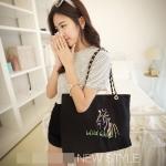 [ พร้อมส่ง ] - กระเป๋าแฟชั่น นำเข้าสไตล์เกาหลี สีดำปักลายม้าสุดฮิต ดีไซน์สวยน่ารัก งานผ้าแคนวาสรักษ์โลก ใบใหญ่ของได้เยอะ สาวๆ ห้ามพลาดค่ะ