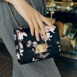 [ พร้อมส่ง ] - กระเป๋าแฟชั่น นำเข้าสไตล์เกาหลี สีดำคลาสสิค พิมพ์ลายดอกไม้เก๋ๆ ใบเล็ก ดีไซน์สวยเรียบหรู ตัดเย็บเรียบร้อย สาวๆห้ามพลาดค่ะ