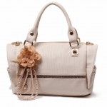 กระเป๋าแฟชั่นเกาหลี สีขาวเบจ ประดับดอกไม้ห้อยด้านหน้า Desing ถือได้ และสะพายได้ สวยค่ะ