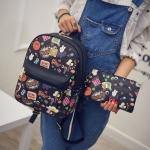[ พร้อมส่ง ] - กระเป๋าเป้แฟชั่น สไตล์เกาหลี สีดำคลาสสิค พิมพ์ลายน่ารักๆ ดีไซน์แบรนด์ดัง สวยเก๋ไม่ซ้ำใคร มาพร้อมกับกระเป๋าคล้องมือใบเล็ก 1 ใบ