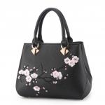 [ พร้อมส่ง ] - กระเป๋าแฟชั่น ถือ/สะพาย สีดำคลาสสิค ปักลายดอกไม้ตกแต่งน่ารักๆ ทรงตั้งได้ ดีไซน์สวยเรียบหรู ดูดี งานหนังคุณภาพ ช่องใส่ของเยอะ