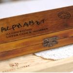 ตัวแสตมป์ในกล่องไม้ตัวอักษรภาษาอังกฤษ ตัวเขียนใหญ่ 42 ชิ้น