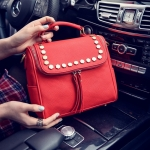 [ พร้อมส่ง ] - กระเป๋าแฟชั่น นำเข้าสไตล์เกาหลี สีแดงโดดเด่น ปักหมุดขอบ ทรง Retro เก๋ๆ ดีไซน์สวยเท่ๆ แบบเก๋มากๆ เหมาะสำหรับสาวๆ ชอบงานดีไซน์ ล้ำๆ