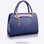 (สินค้าสั่งจอง)กระเป๋าถือและสะพายข้างหนัง PU นิ่มอยู่ทรงสีน้ำเงิน