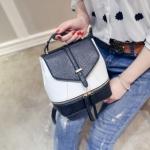 [ พร้อมส่ง ] - กระเป๋าแฟชั่น สไตล์เกาหลี สีทูโทนขาวดำ สามารถทำเป็นเป้น่ารักๆได้ ดีไซน์สวยเก๋ไม่ซ้ำใคร มีสายสะพายยาว