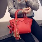 [ พร้อมส่ง ] - กระเป๋าแฟชั่น นำเข้าสไตล์เกาหลี สีแดงโดดเด่น ห้อยพู่ เก๋ๆ + กระเป๋าลูกด้านใน 1 ใบ ดีไซน์สวยเท่ๆ แบบเก๋มากๆ เหมาะสำหรับสาวๆ ชอบงานดีไซน์สวยๆ