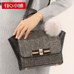 ***พร้อมส่ง - กระเป๋าแฟชั่น Axixi สีดำ ลายทะแยง หัวบิด ห้อยป้อมๆสุดฮิต ใบกลาง ทรงสวยดีไซน์เก๋ สวยสุดมั่น เหมาะกับสาว ๆ ที่ชอบกระเป๋าคุณภาพ งานเนี้ยบสวยมากค่ะ