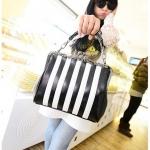 [ พร้อมส่ง ] - กระเป๋าแฟชั่น สไตล์เกาหลี สีดำ เย็บแต่งลายทางสีขาว สไตล์ Biker Babe สาวๆที่ชอบงานเท่ๆ แบบเก๋ไม่ซ้ำแบบใคร ห้ามพลาด