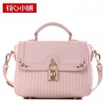 ***พร้อมส่ง - กระเป๋าแฟชั่น Axixi สีชมพูพาสเทล แต่งหัวบิดรูปแม่กุญแจ ดีไซน์สวยเก๋ๆ สวยสุดมั่น เหมาะกับสาว ๆ ที่ชอบกระเป๋าคุณภาพ งานเนี้ยบสวยมากค่ะ
