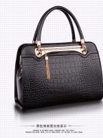 (สินค้าสั่งจอง)กระเป๋าถือและสะพายข้างหนัง PU นิ่มอยู่ทรงสีดำ