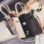 [ ลดราคา ] - กระเป๋าแฟชั่น Set 2 ชิ้น ถือ&สะพาย สีทรีโทนขาวเทาดำ ใบกลางๆ ดีไซน์สวยเก๋ ปรับใช้งานได้หลายสไตล์ thumbnail 3