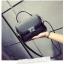 [ Pre-Order ] - กระเป๋าแฟชั่น ถือ/สะพาย สีดำ ทรงสี่เหลี่ยม ใบเล็กกระทัดรัด ดีไซน์สวยเรียบหรู ดูดี งานหนังคุณภาพ คุ้มค่าการใข้งาน thumbnail 2