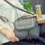 [ ลดราคา ] - กระเป๋าแฟชั่น นำเข้าสไตล์เกาหลี สีแดงโดดเด่น ปักหมุดขอบ ทรง Retro เก๋ๆ ดีไซน์สวยเท่ๆ แบบเก๋มากๆ เหมาะสำหรับสาวๆ ชอบงานดีไซน์ ล้ำๆ thumbnail 19