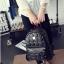 [ ลดราคา ] - กระเป๋าเป้แฟชั่น สไตล์เกาหลี สีแดงเข้ม ปักหมุดเท่ๆ ดีไซน์แบรนด์ดัง ทรงสวยเก๋ไม่ซ้ำใคร งานหนังคุณภาพอย่างดีค่ะ thumbnail 7
