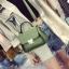 [ Pre-Order ] - กระเป๋าแฟชั่น ถือ/สะพาย สีเขียว ทรงสี่เหลี่ยม ใบเล็กกระทัดรัด ดีไซน์สวยเรียบหรู ดูดี งานหนังคุณภาพ คุ้มค่าการใข้งาน thumbnail 1