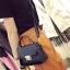 [ Pre-Order ] - กระเป๋าแฟชั่น ถือ/สะพาย สีดำ ทรงสี่เหลี่ยม ใบเล็กกระทัดรัด ดีไซน์สวยเรียบหรู ดูดี งานหนังคุณภาพ คุ้มค่าการใข้งาน thumbnail 4