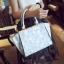 [ ลดราคา ] - กระเป๋าแฟชั่น นำเข้าสไตล์เกาหลี สีฟ้าพาสเทลพิมพ์ลายดอกไม้ สีสันโดดเด่นเก๋ๆ ดีไซน์แบรนด์ดัง ทรงตั้งอยู่ทรงได้ งานหนังคุณภาพ แบบสวยเรียบหรู ดูดีทุกโอกาสการใช้งาน สาวๆห้ามพลาด thumbnail 1