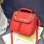 [ ลดราคา ] - กระเป๋าแฟชั่น นำเข้าสไตล์เกาหลี สีแดงโดดเด่น ปักหมุดขอบ ทรง Retro เก๋ๆ ดีไซน์สวยเท่ๆ แบบเก๋มากๆ เหมาะสำหรับสาวๆ ชอบงานดีไซน์ ล้ำๆ thumbnail 13