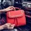 [ ลดราคา ] - กระเป๋าแฟชั่น นำเข้าสไตล์เกาหลี สีแดงโดดเด่น ปักหมุดขอบ ทรง Retro เก๋ๆ ดีไซน์สวยเท่ๆ แบบเก๋มากๆ เหมาะสำหรับสาวๆ ชอบงานดีไซน์ ล้ำๆ thumbnail 9