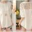เสื้อแฟชั่นสีขาว แต่งผ้าลูกไม้ลายดอก คอกลมติดกระดุม thumbnail 3