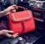 [ ลดราคา ] - กระเป๋าแฟชั่น นำเข้าสไตล์เกาหลี สีแดงโดดเด่น ปักหมุดขอบ ทรง Retro เก๋ๆ ดีไซน์สวยเท่ๆ แบบเก๋มากๆ เหมาะสำหรับสาวๆ ชอบงานดีไซน์ ล้ำๆ thumbnail 1
