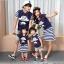 ชุดครอบครัว - เสื้อยืดแขนสั้น ชุดเดรสสีน้ำเงินกระโปรงลาย thumbnail 1
