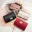 [ พร้อมส่ง ] - กระเป๋าแฟชั่น กระเป๋าคลัทช์&สะพาย สีแดง ไซส์ MINI งานหนังคุณภาพ แต่งอะไหล่สีทองอย่างดี มีสายโซ่สะพายไหล่ thumbnail 2